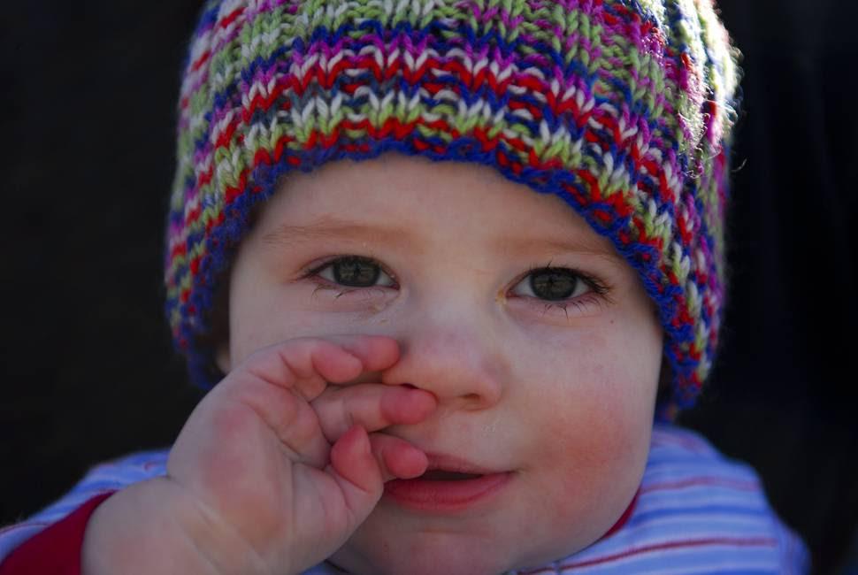 にやっと微笑むどや顔な赤ちゃんの可愛い写真 商用フリーの