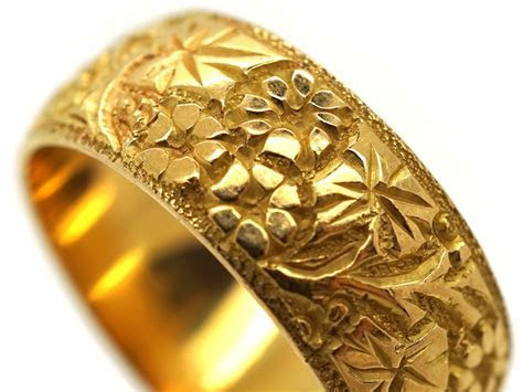 18ct Gold Wedding Band with Ivy Leaf Decoration   The