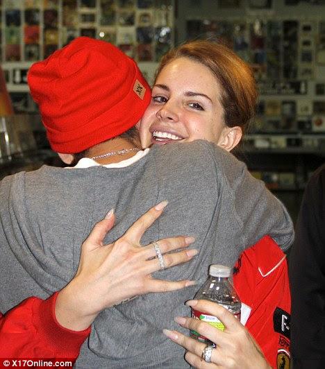 Moda para a frente: abraços Lana um ventilador, enquanto exibindo o seu assustadoramente ao longo unhas e dois dedos de anel
