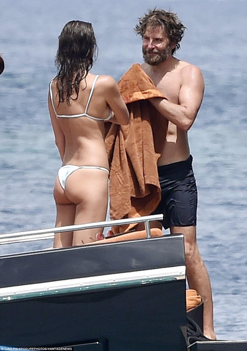 Fancy a esfregar para baixo?  Bradley conversa com a Irina como ele próprio seca como um refrescante mergulho no mar