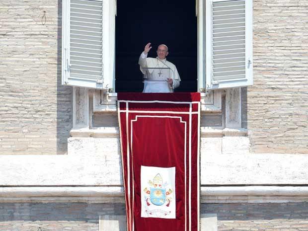 O papa Francisco realizou fez discurso após a oração do Ângelus dominical da janela do Palácio Apostólico do Vaticano neste domingo (7) (Foto: AFP PHOTO/ALBERTO PIZZOLI)