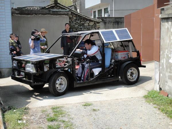 Zhu Zhenlin gastou o equivalente a 5 mil reais para fazer um carro  movido  por energia solar (Foto: Reprodução)