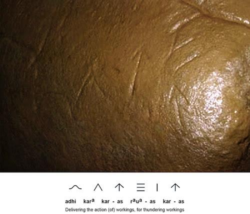 Antiguos glifos inscritos sobre un megalito de cerámica dentro del túnel Ravne