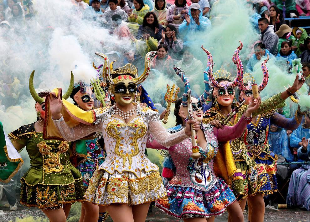 Девчата на карнавале в Боливии