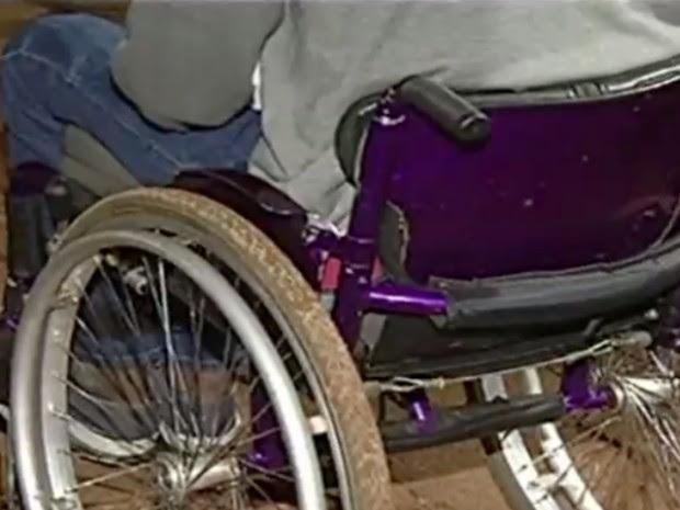 Cadeirante é agredido durante assalto em Luziânia, Goiás (Foto: Reprodução/TV Anhanguera)