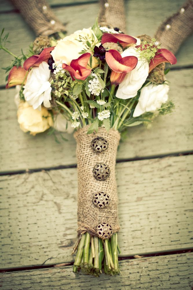 The decorative vintage buttons attached to the burlap add that extra 'ooomph' necessary for the bride's bouquet.