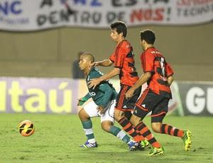 Walter sob marcação de Cáceres e Wallace no Goiás 1x1 Flamengo (Foto: Benedito Braga/O Popular)