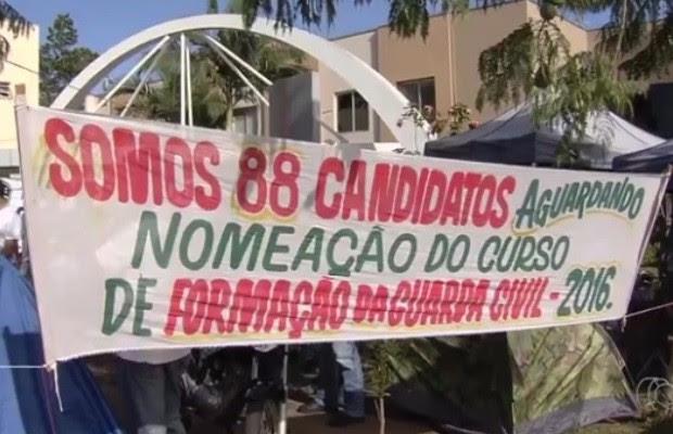 Aprovados para a GCM acampam há quase um mês na porta de prefeitura em Goiás (Foto: Reprodução/TV Anhanguera)