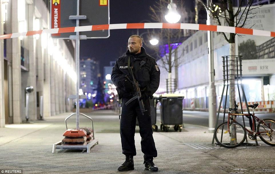 Policiais armados estão montando guarda na entrada ao mercado e ao redor de Berlim como a segurança é apertada