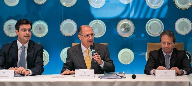 SUSPEITAS Geraldo Alckmin com Rodrigo Garcia (à esq.) e Edson Aparecido  (à dir.). Até agora,  os indícios contra os secretários são fracos  (Foto: Edson Lopes Jr/A2 Fotografia)