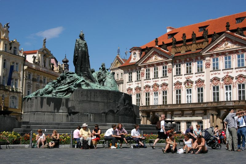 http://www.prague.net/gallery/old-town-square/images/dsc_60.jpg