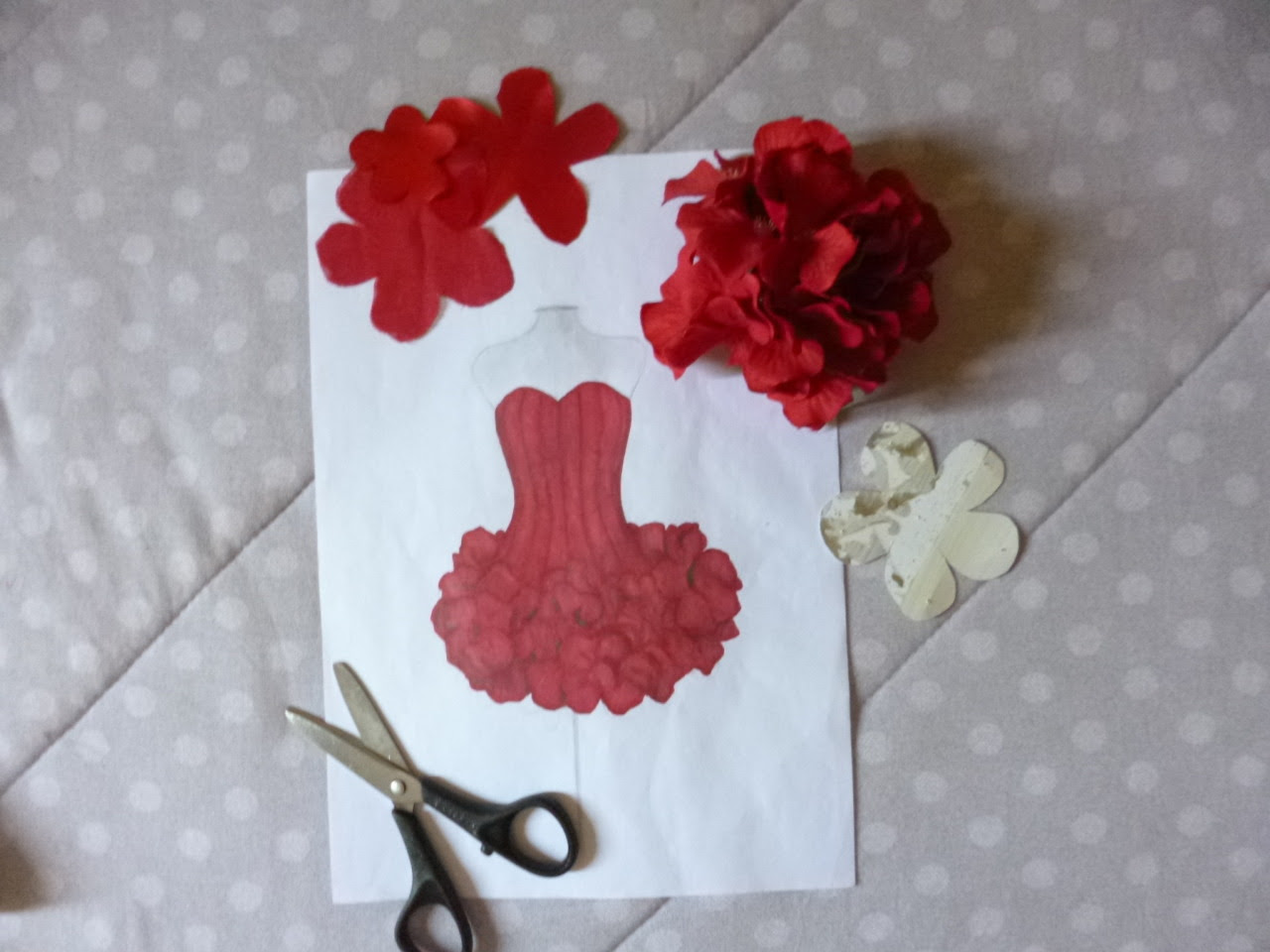 ilustraçÃo de um vestido de flores vermelhas