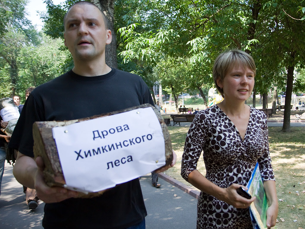 "Yevgenia Chirikova (R) and Sergei Udaltsov bring ""Woods of Khimki forest"" to the building of Government of Russian Federation"