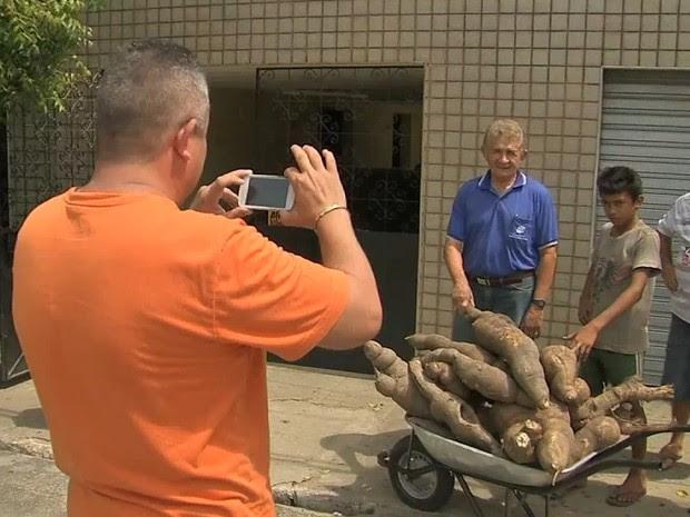 Macaxeira gigante faz sucesso na cidade e moradores pedem para tirar fotos (Foto: TV Verdes Mares/Reprodução)
