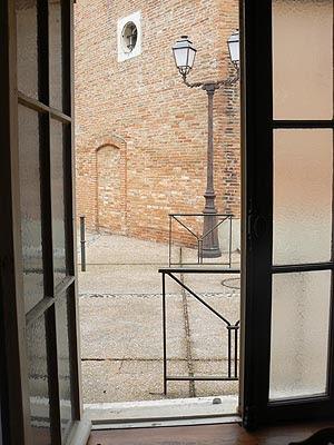 vue de la fenêtre de cuisine sur le château.jpg