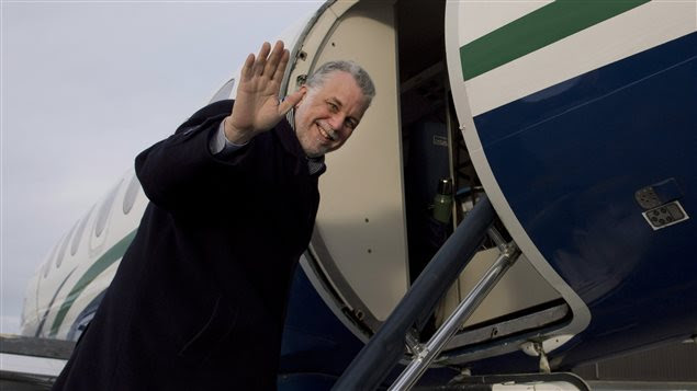 Le chef libéral Philippe Couillard monte dans un avion (archives)