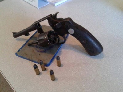 Dupla estava com revólver calibre 32, com 04 munições (Foto: Ubatã Notícias)