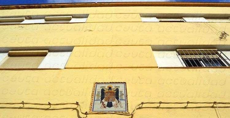 El escudo del régimen franquista, en una de las fachadas de O'Donnell/ C.A./ARCHIVO