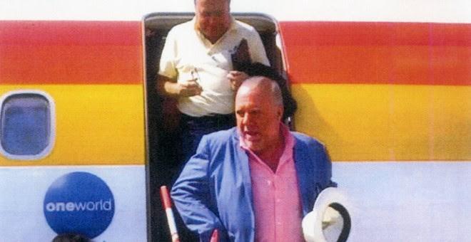 Los comisarios José Manuel Villarejo (abajo) y José Luis Olivera (detrás) a su llegada a Melilla, en 2015. EL PAÍS