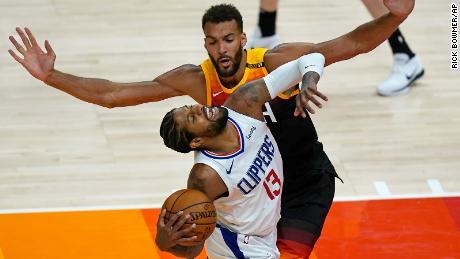 El pívot de los Utah Jazz, Rudy Gobert, defiende contra el escolta de los LA Clippers, Paul George.