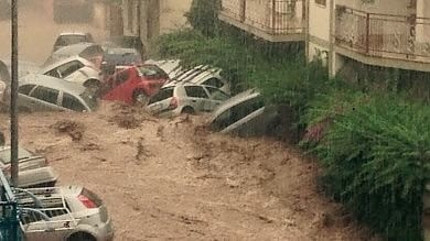 Nubifragio in Calabria    foto    Auto trascinate acqua e fango   video    -    meteo