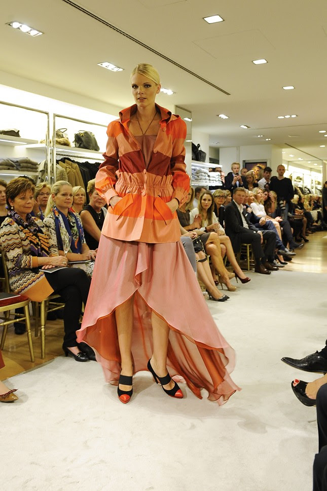 7 - Vogue_Fashions_Night_Out_Duesseldorf_Talbot Runhof Modenschau bei Eickhoff_012