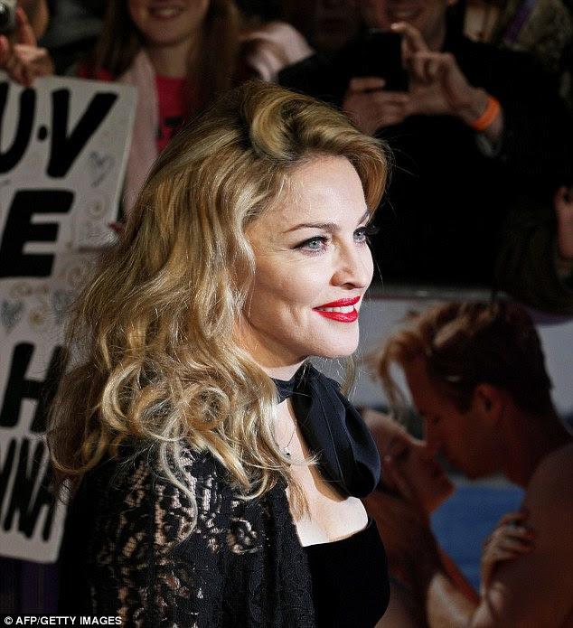 Saudação à multidão: Madonna apareceu a mostrar sua idade um pouco como ela fotografou de seu perfil
