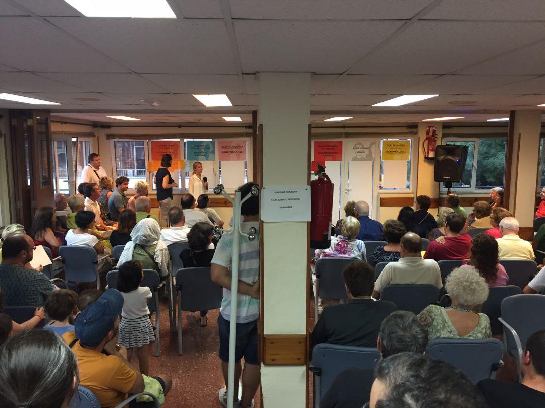 Asistentes a la segunda jornada presencial de los Presupuestos Participativos, celebrada en el centro social Luis Mariano.
