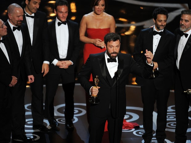 Ao lado da equipe de 'Argo', Ben Affleck agradece o Oscar de Melhor Filme (Foto: AFP PHOTO/Robyn Beck)