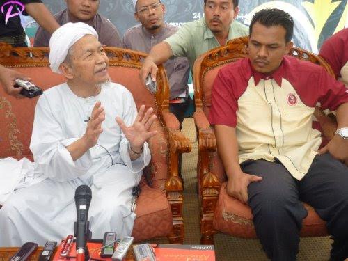 Tuan Guru Dato' Nik Abdul Aziz Nik Mat sedang menjawab beberapa soalan daripada Para wartawan selepas majlis perasmian pembinaan Masjid Hussain di Bandar Baru Tunjong. Di sebelah kanannya adalah Ketua Pegawai operasi Perbadanan Menteri Besar Kelantan, Ir.Abdul Ariffahmi Ab.Rahman