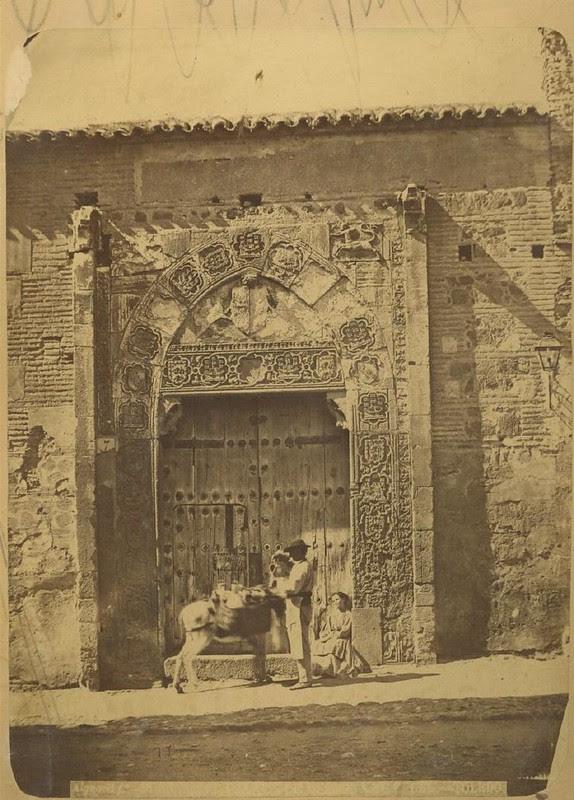 Palacio de Inés de Ayala en la Plaza de Santa Isabel hacia 1875. Fotografía de Casiano Alguacil © Museo del Traje. Centro de Investigación del Patrimonio Etnológico. Ministerio de Educación, Cultura y Deporte