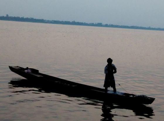 Un hombre pesca en el río Mekong a su paso por Pakse (Laos).