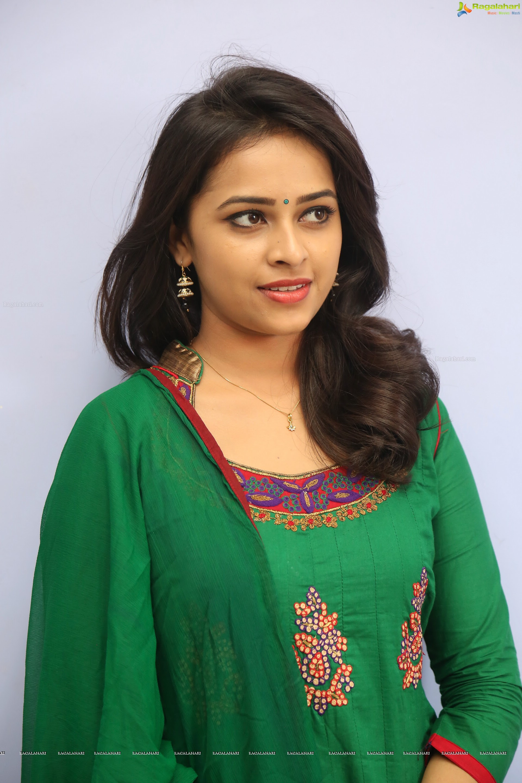 Sri Divya Hd Image 22 Telugu Heroines Imagesimages Photos