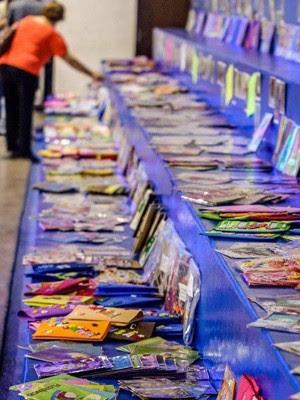 Exposição das capas de cadernos em Santos (Foto: Gabriel Alves)