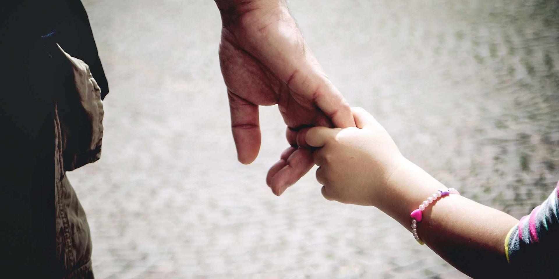 Resultado de imagen para padre y niña espaldas