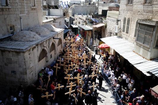 Χιλιάδες ορθόδοξοι γιορτάζουν την κορύφωση του Θείου Δράματος