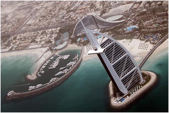 شًيد فندق برج العرب فوق جزيرة اصطناعية تبعد 250 مترًا عن شاطئ دبي، وهو ثالث أطول فندق في العالم بارتفاع يبلغ 1086 قدمًا، وقد ص