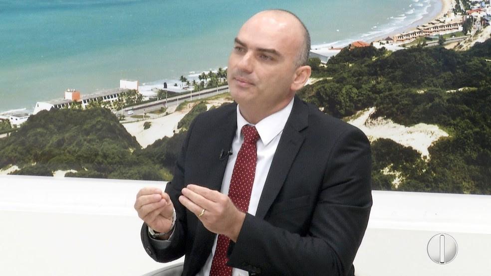 Secretário Caio Bezerra afirma que entre 65% e 70% dos homicídios têm alguma relação com tráfico. (Foto: Reprodução / InterTV Cabugi)