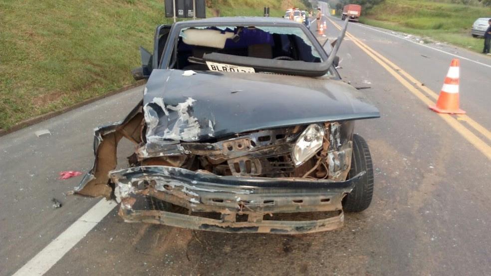 Veículos ficaram destruídos após o acidente  (Foto: Divulgação/PRE)