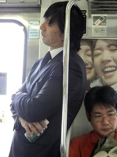 спящие в метро японцы