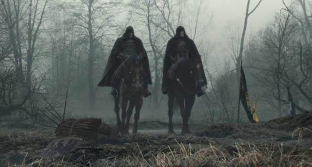 Outro companheiro mascarado de Geralt - mas desta vez a voz de Vesemir a partir do primeiro Witcher não deixou dúvidas sobre sua identidade. - Esboço da História - The Witcher 3: Wild Hunt (em breve) - Guia do Jogo e Passo a passo