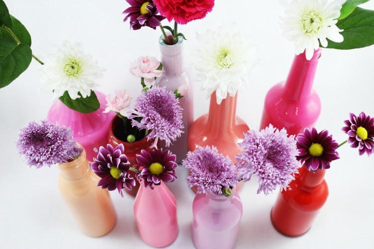 Vire garrafas de vidro em belos vasos com esta técnica de pintura fácil.  Estes vasos bud irá adicionar um toque de cor à decoração da sua casa.