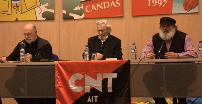 Jose Luis García Rúa (centro), en la charla 'Más de 100 años de anarcosindicalismo' en Candás. / CNT
