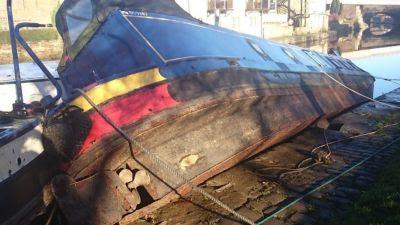 Stranded boat at Elland Wharf