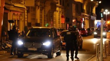 Polícia inspeciona carros em Nice
