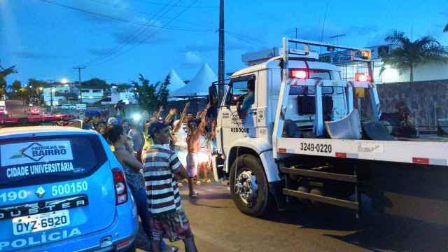 Carros de polícia, do Choque e de reboque foram chamados à unidade prisional no fim da tarde deste domingo (Rosália Vasconcelos/DP/D.A.Press)