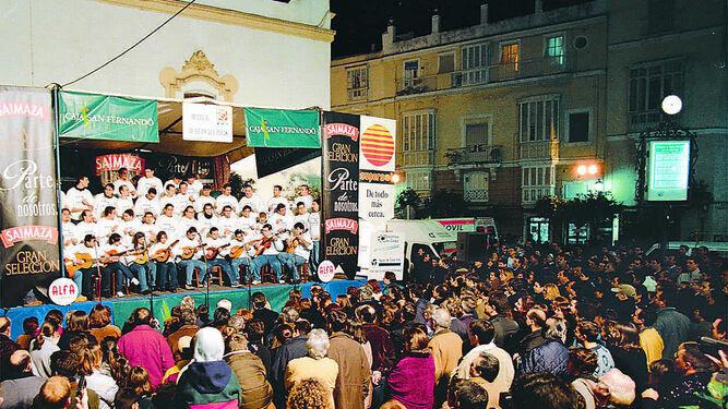 La plaza de San Francisco repleta de público en la edición de la Pestiñada del año 2000.