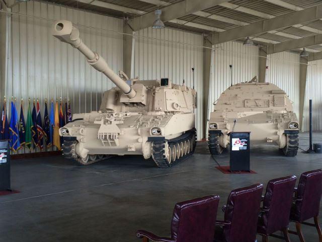 La capacidad del Ejército de los Estados Unidos para proyectar su poder la tierra creció esta semana con la inducción del obús autopropulsado M109A7 y su munición portador M992A3 compañero vehículo seguido en la producción inicial de baja velocidad.