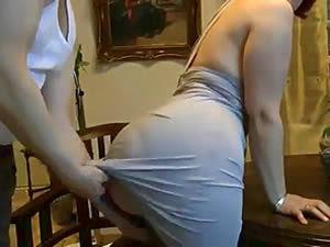 Levantou o vestido da esposa carnuda e botou por trás