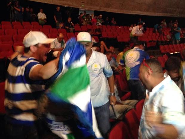 Representantes da Unidos dos Morros comemoram o título do Carnaval 2014 (Foto: João Paulo de Castro / G1)